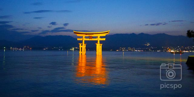 Japan [HIROSHIMA] Sunset and lighting in Miyajima (宮島)